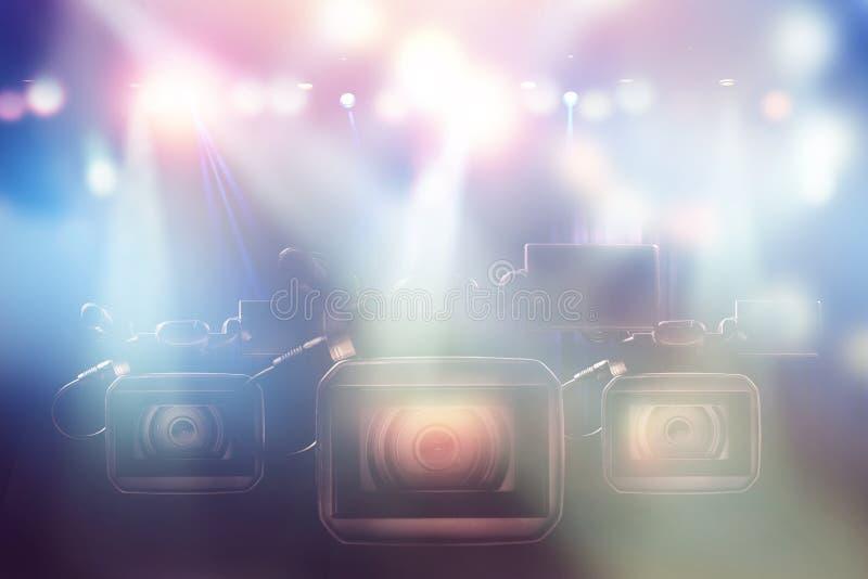 三专业视频手提摄象机在演播室 库存照片