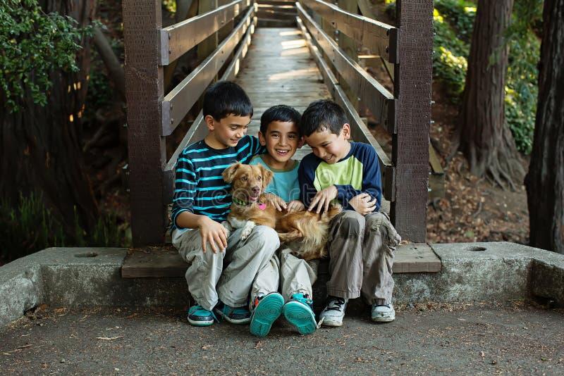 三个兄弟和他们的宠物 免版税库存图片