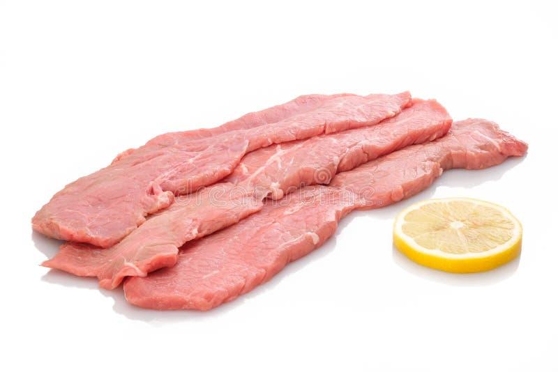 三个切片小牛肉炸肉排和柠檬 库存图片