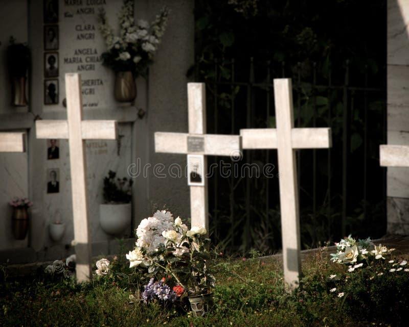 三个十字架在公墓 库存图片