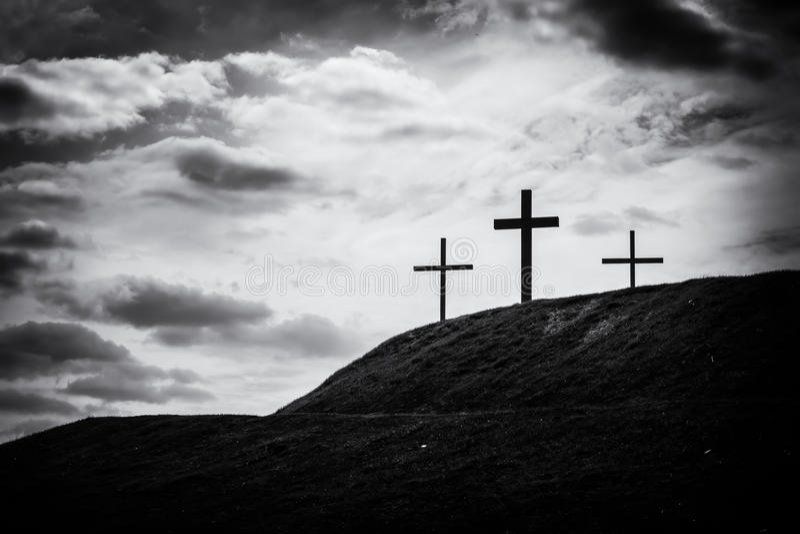 三个十字架的单色图象坐小山 库存照片