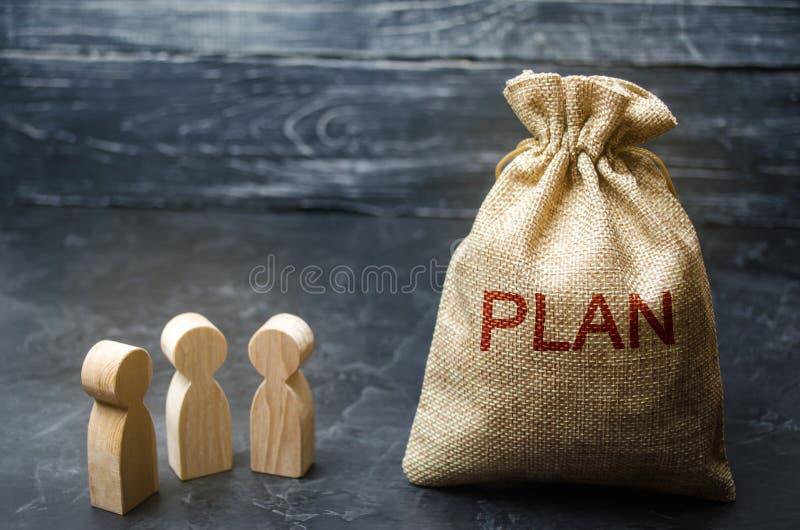 三个商人谈论费用和财务计划  放计划的金融投资和目标入行动 免版税库存图片