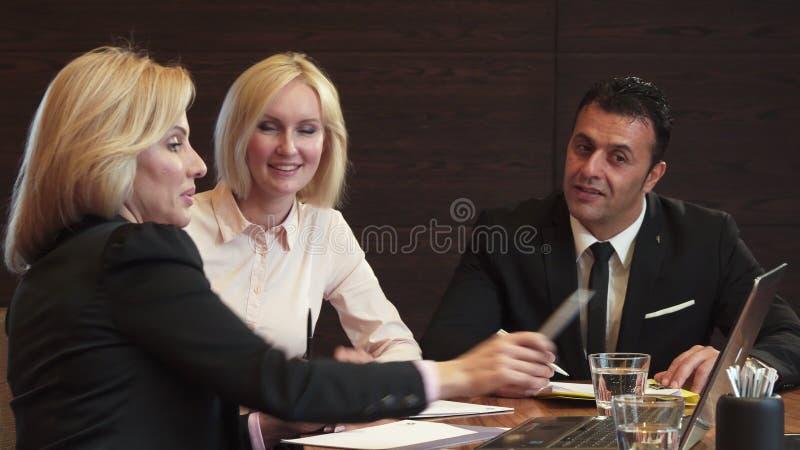 三个商务伙伴谈论他们新的工作计划 图库摄影