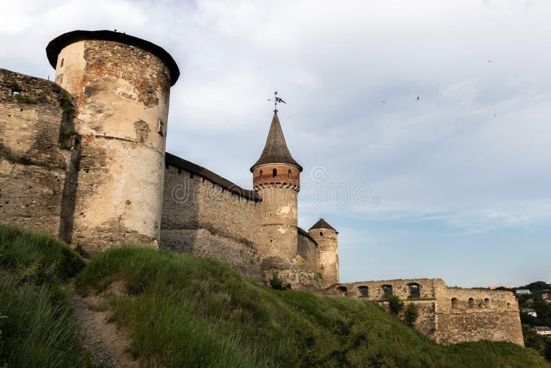 三个塔和XVI世纪的中世纪堡垒的石墙在Kamianets-Podilskyi  免版税库存照片