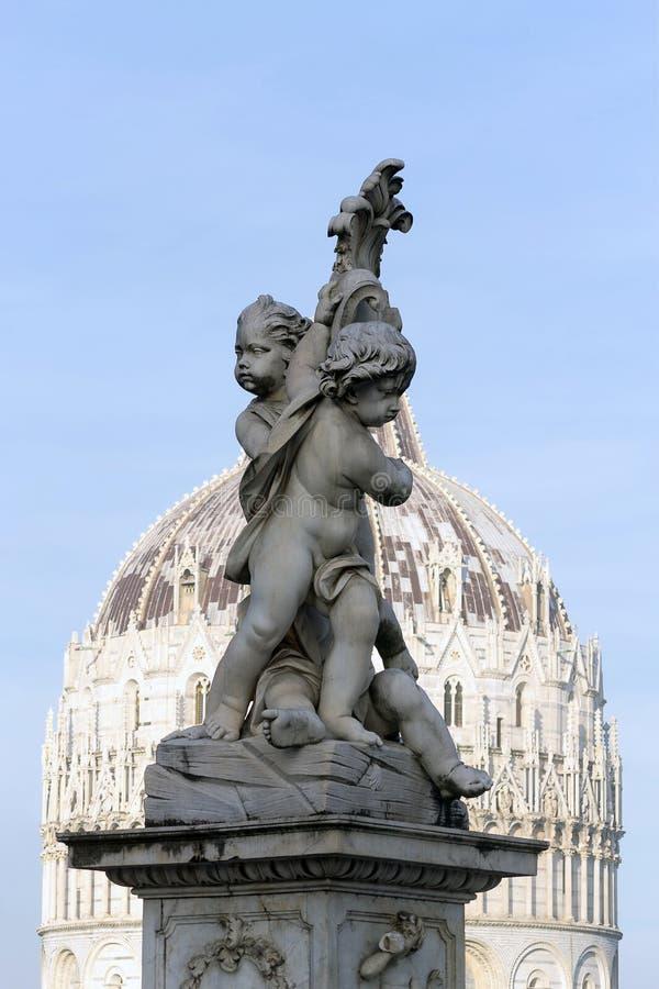 三个天使的雕象在奇迹比萨,意大利正方形的  库存图片