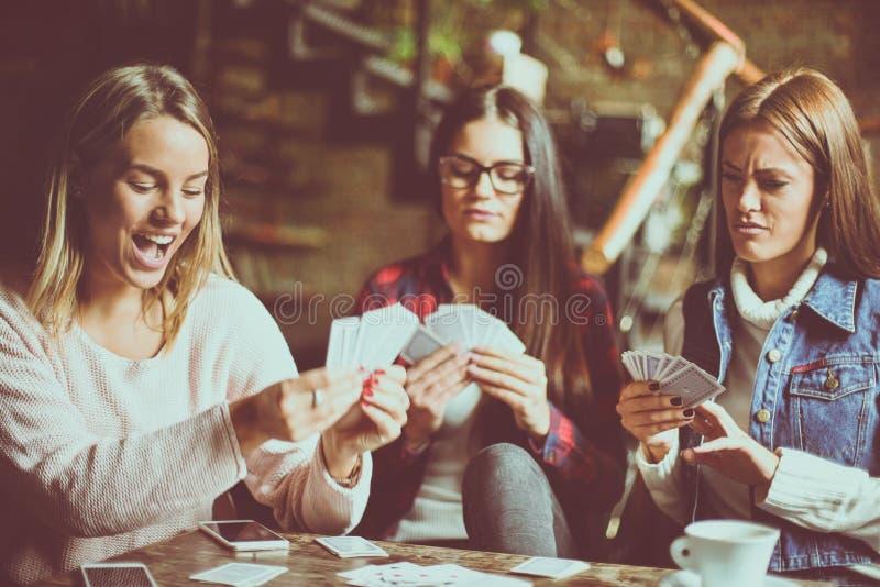 三个女孩在家纸牌 库存图片