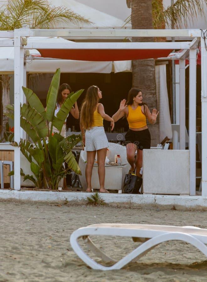 三个女孩在海滩小餐馆在L跳舞在MCKenzie海滩 免版税图库摄影