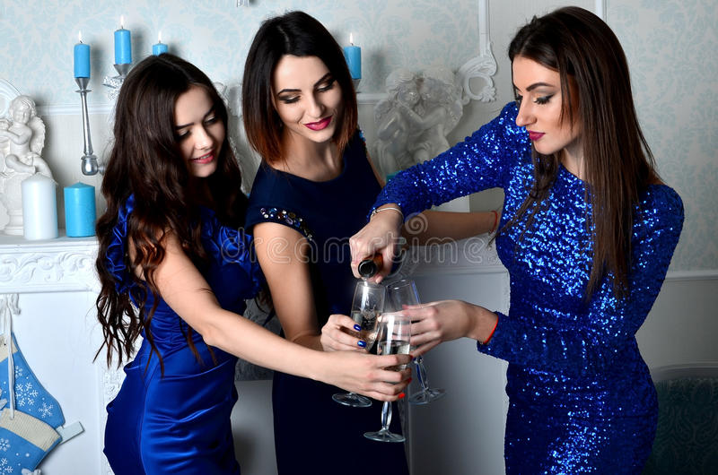 三个女孩填装杯香槟 库存照片