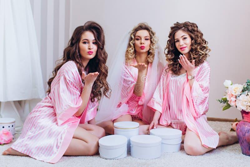 三个女孩庆祝一个单身聚会或生日 免版税图库摄影