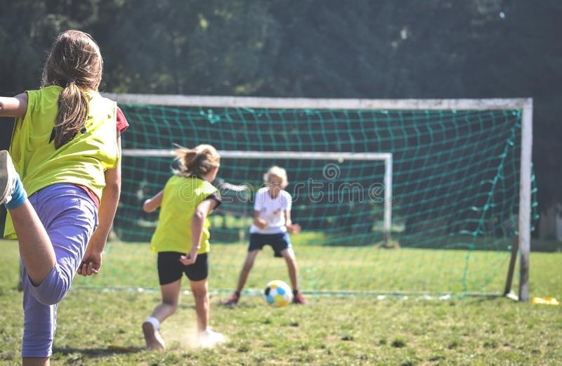 三个女孩踢在trening的橄榄球centar 免版税图库摄影