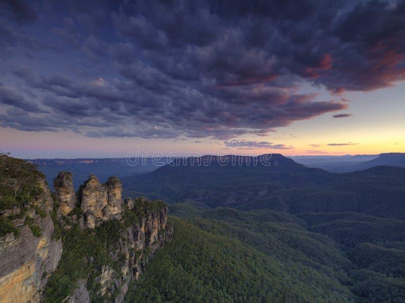 三个姐妹和蓝山山脉日落的,卡通巴,NSW,澳大利亚 免版税库存图片