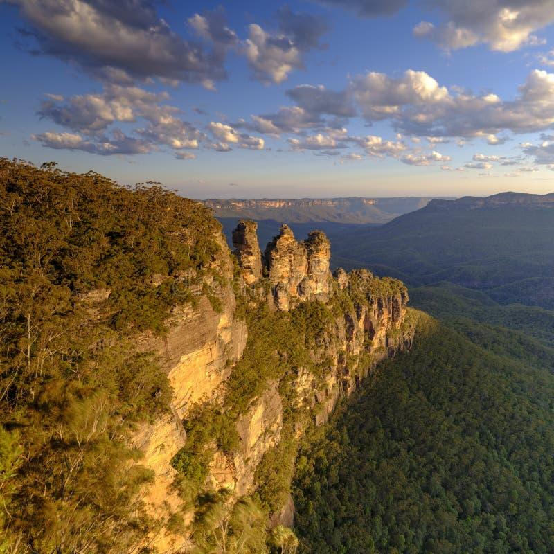 三个姐妹和蓝山山脉日落的,卡通巴,NSW,澳大利亚 免版税库存照片