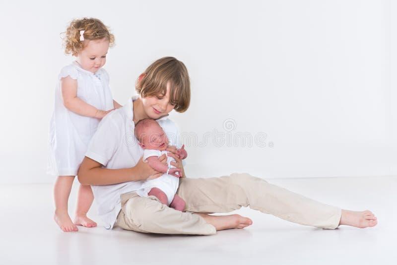 三个孩子演播室画象与白色衣裳的 免版税库存照片