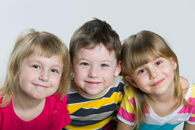 三个快乐的孩子特写镜头画象  免版税库存图片