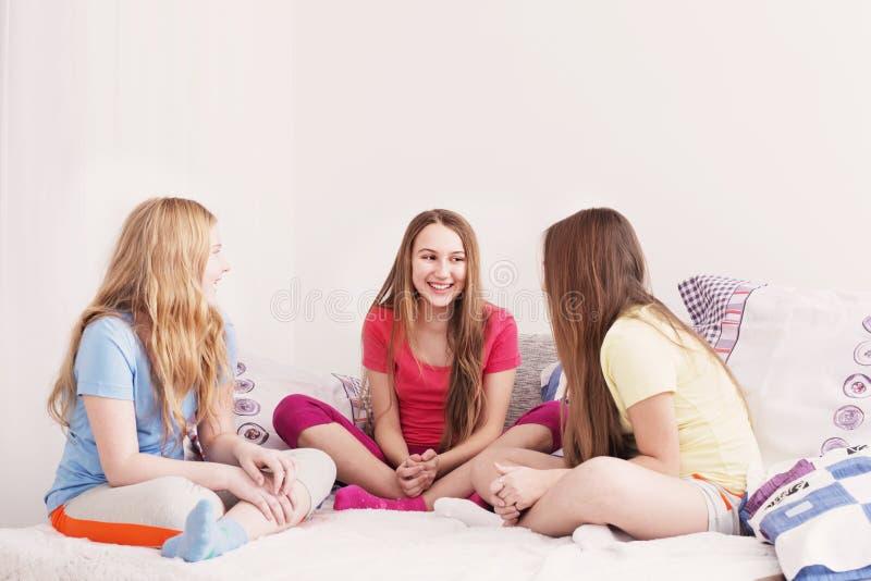 三个愉快的女孩在家 免版税库存图片