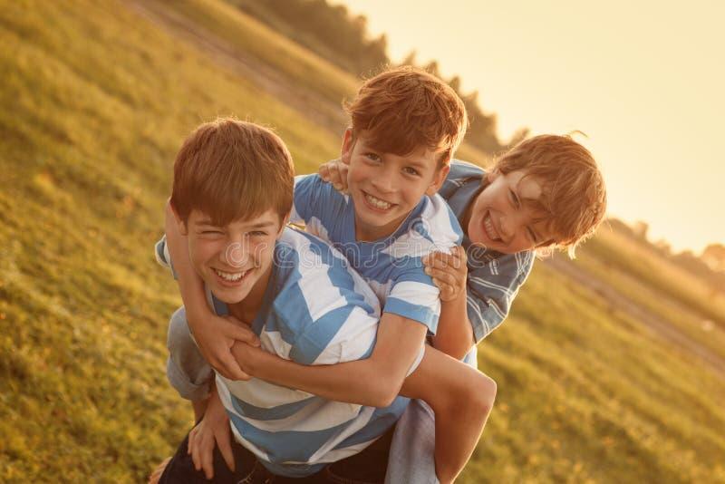 三个愉快的快乐的兄弟画象  免版税图库摄影