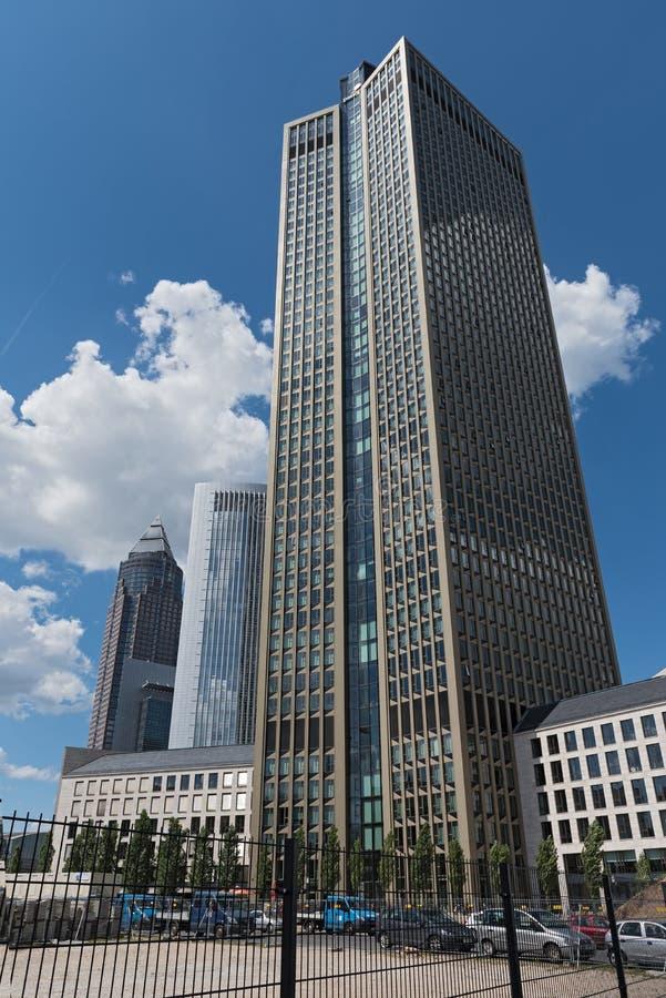 三个摩天大楼在商业集市场所的区域在法兰克福,德国 库存照片