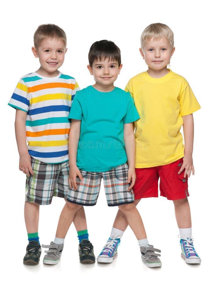 三个时尚微笑的小男孩 免版税库存图片