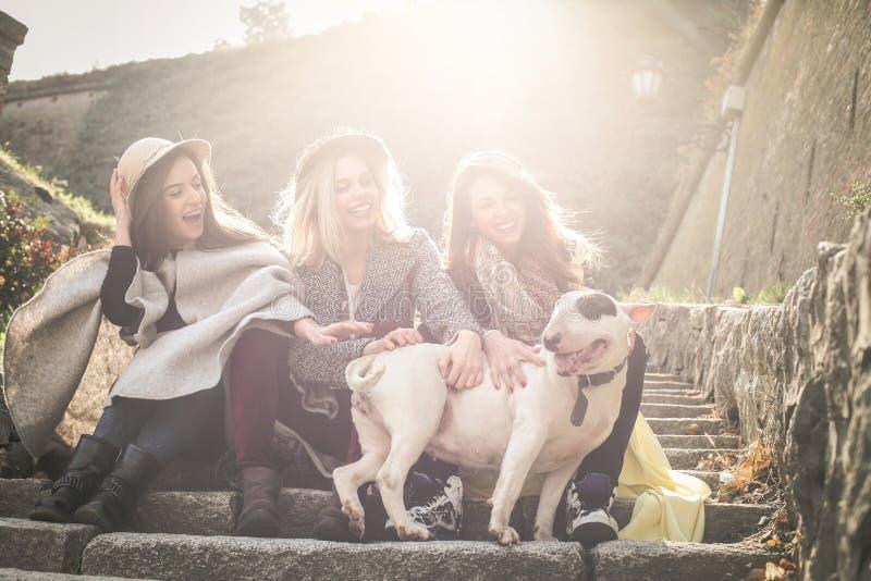 三个最好的朋友坐台阶 有他们的女孩 免版税库存图片