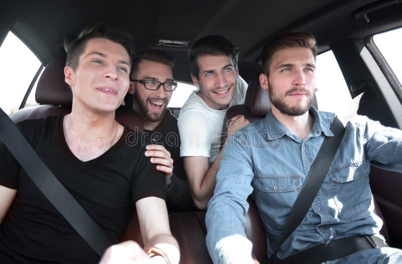 ?? 三个朋友在汽车旅行 库存图片
