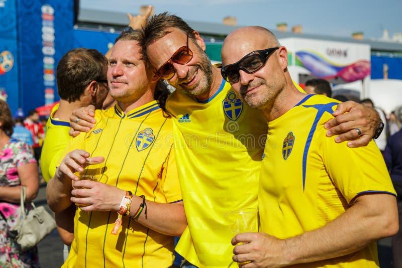 三个朋友支持瑞典橄榄球队 免版税库存照片