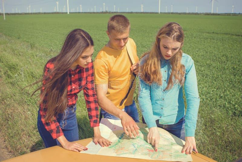 Download 三个朋友旅行 库存图片. 图片 包括有 计划, 休闲, 有吸引力的, 女孩, 目的地, 国家(地区), 朋友 - 72369683