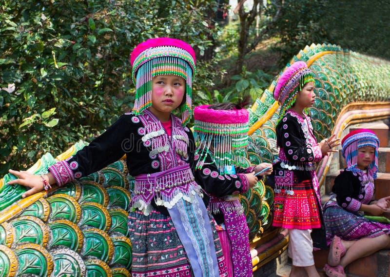 三个未认出的Akha孩子为旅游照片摆在Wat Phratat土井素贴在清迈,泰国 免版税库存照片