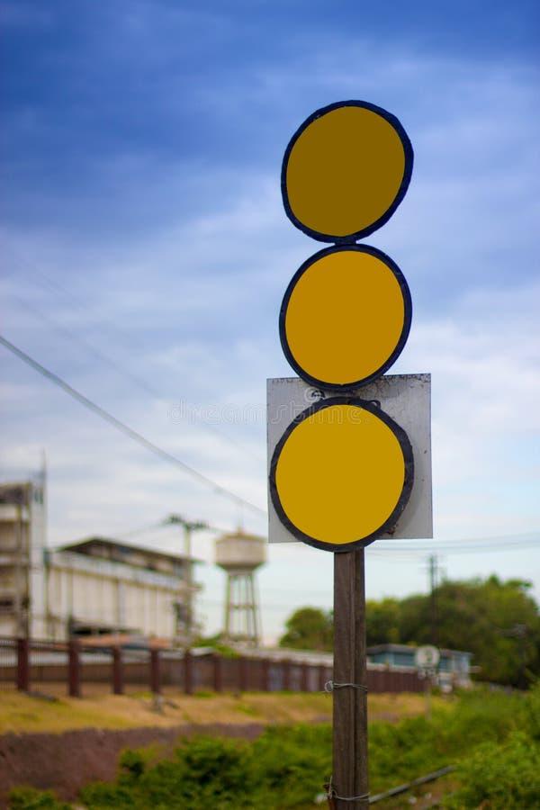 三个标志染黄在路的圈子 免版税库存照片
