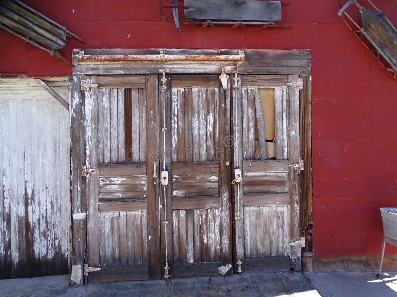 三个独特的遗弃木门 库存图片