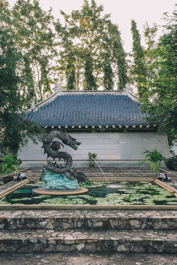 三个王国庭院在芭达亚:龙池塘 库存图片