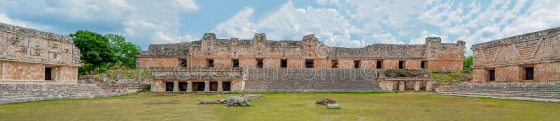 三个玛雅人寺庙全景,在乌斯马尔考古学区域  库存图片