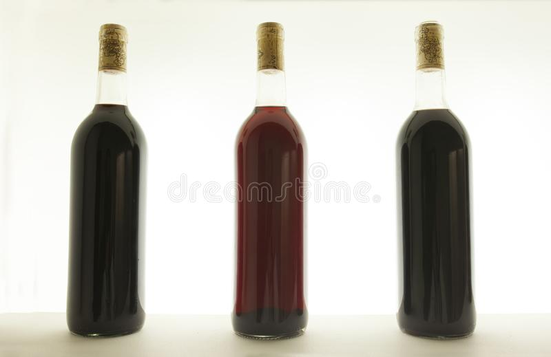 三个瓶用不同的口气的红葡萄酒 免版税库存照片