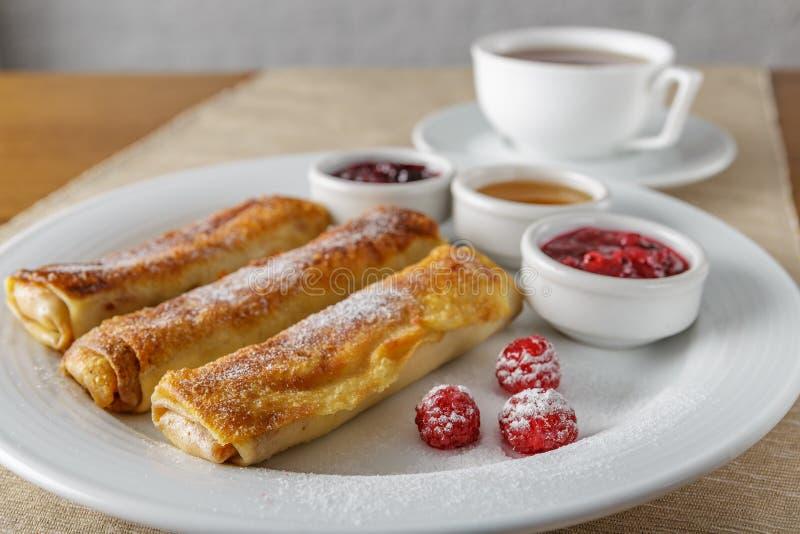 三个甜薄煎饼用酸奶干酪 免版税库存照片