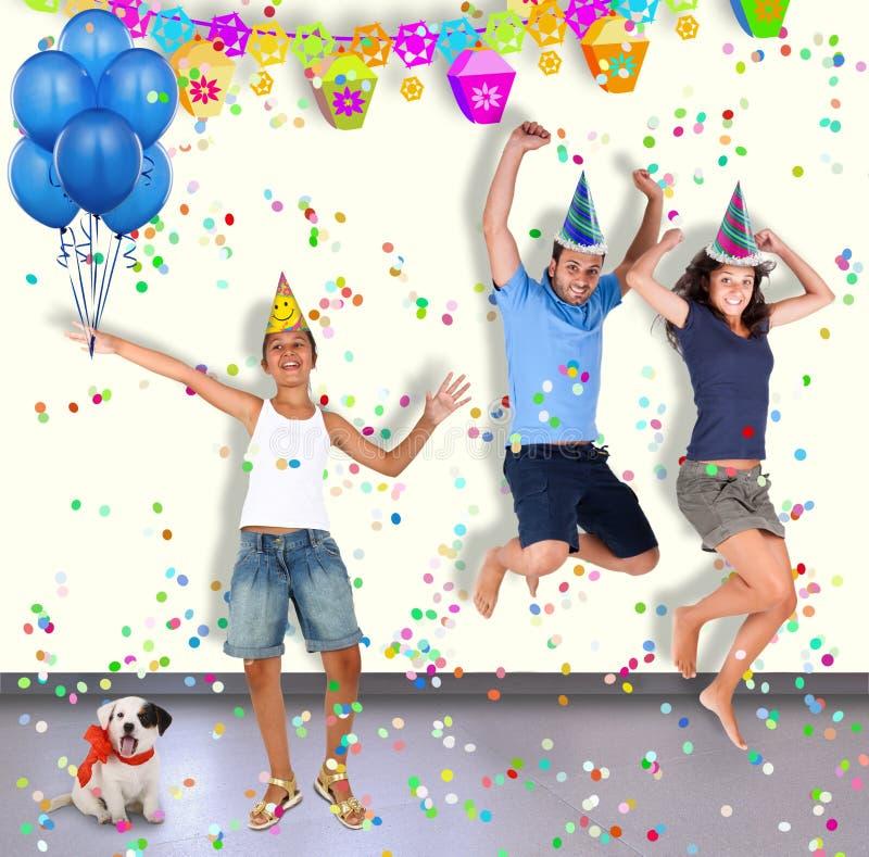 三个男孩和狗获得乐趣在党 免版税库存图片