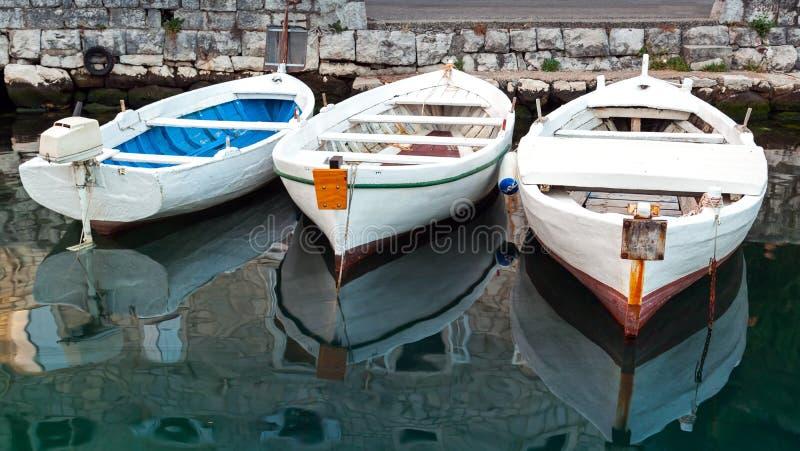 三个白色木渔船 库存图片