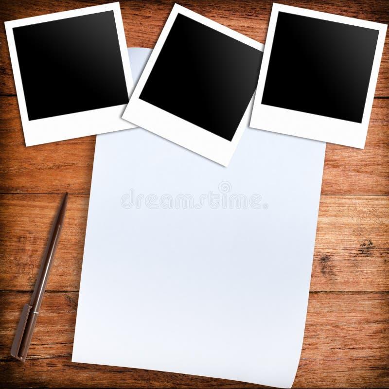 三个空白的减速火箭的偏正片照片框架和白皮书和笔 库存例证