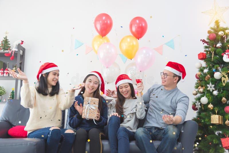 三个美丽的亚裔女孩和庆祝圣诞派对的一个人 免版税库存照片