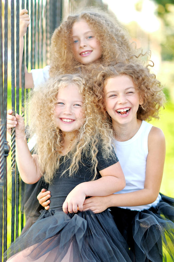 三个美丽的时尚女孩的画象 免版税库存图片