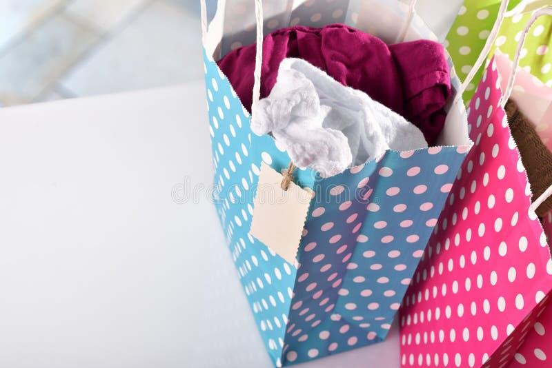 三个袋子上色与在高的看法里面的新的衣裳 库存图片