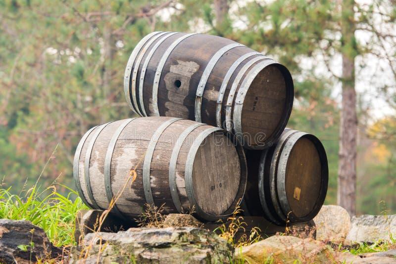 三个被堆积的葡萄酒桶 库存图片