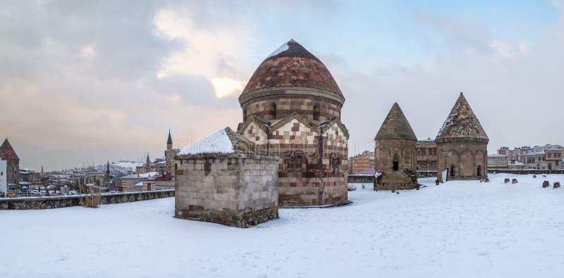 三个kumbets历史坟茔的全景图象在埃尔祖鲁姆,土耳其 免版税库存照片