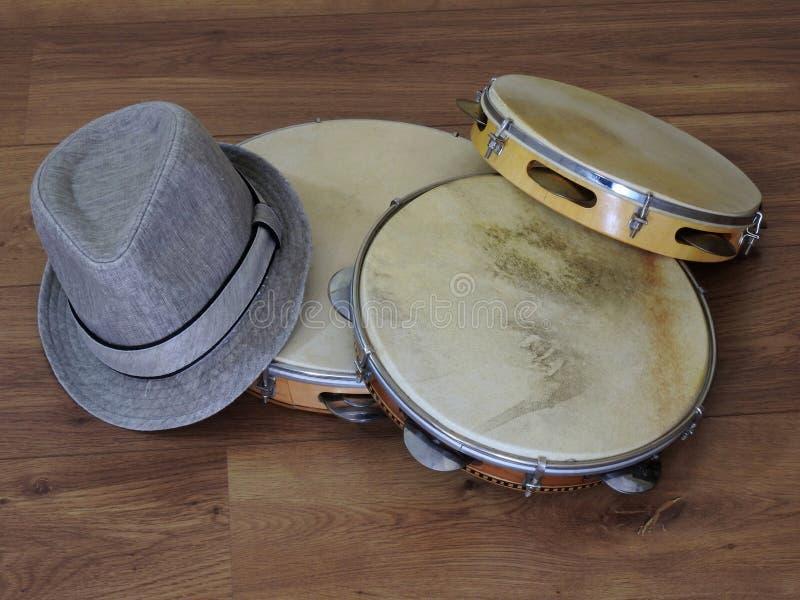 三个pandeiros小手鼓、巴西音乐打击乐器和桑巴球员sambista帽子特写镜头  图库摄影