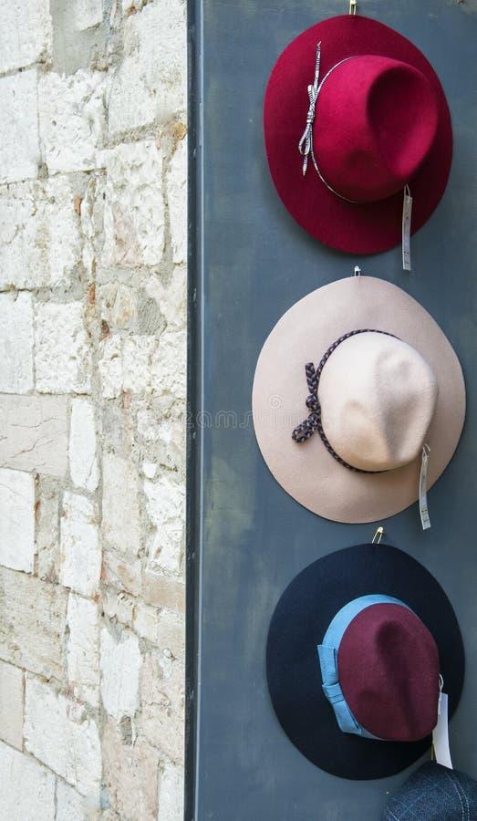三五颜六色的帽子曝光商店 免版税库存图片