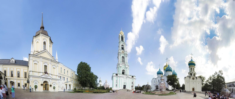 三位一体塞尔吉乌斯拉夫拉的建筑合奏全景在Sergiev Posad 莫斯科 库存图片