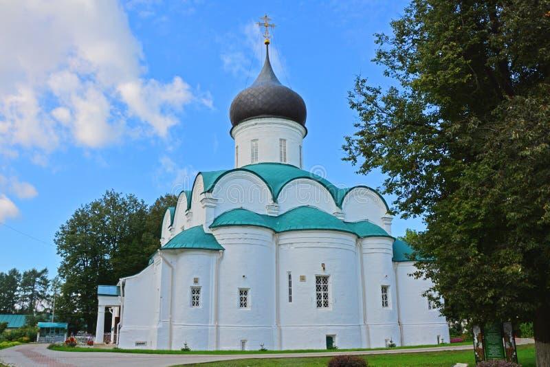 三位一体大教堂后面门面在假定修道院里在亚历克萨尼昂,俄罗斯 库存照片
