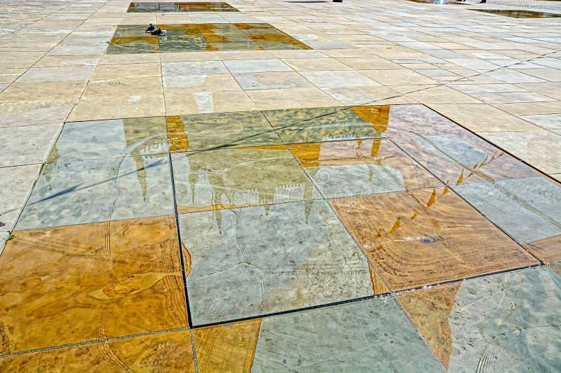 三位一体正方形镜子水池,赫尔河畔京士顿,英国 免版税库存照片