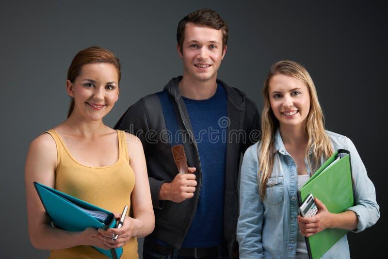 三位大学生演播室画象  库存图片