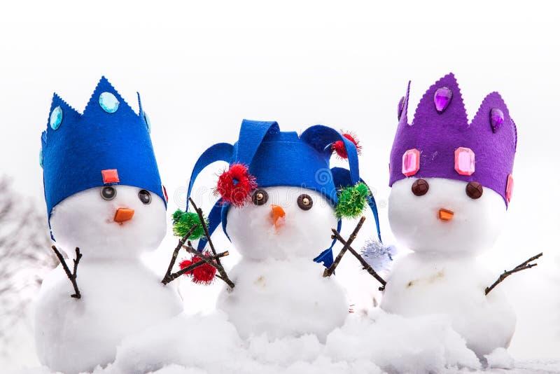 三位雪人国王打扮与冠 免版税图库摄影