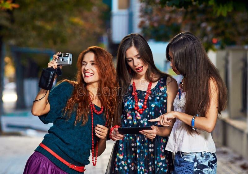 三俏丽的女孩toursits 免版税图库摄影