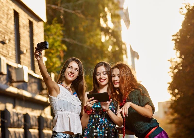 三俏丽的姐妹女孩toursits 免版税库存图片
